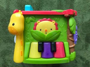 フィッシャープライス バイリンガル・ラーニングボックス DNY97のボックス(ライオンさんとぴかぴかピアノのある面)