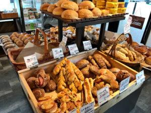 ベーカリーコネル(BAKERYConeru)月寒店の店内のパン(バケット系)