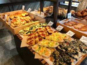 ベーカリーコネル(BAKERYConeru)月寒店の店内のパン(ピザ系)