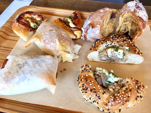 ハートブレッドアンティーク(HEART BREAD ANTIQUE)札幌南郷通店のトレイに取った食べ放題のパン