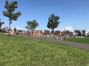 札幌明日風公園の芝生から見た幼児遊戯広場