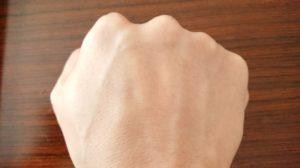 ルミナピールを塗る前の手の甲