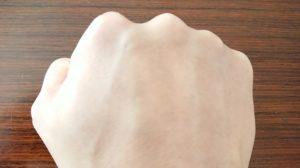 ルミナピールを塗った後の手の甲