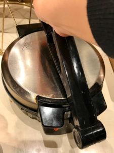 ステーキ食べ放題&ビュッフェビーフラッシュ(BEEF RUSH)29」のラップサンド生地をプレス
