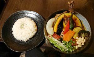 札幌路地裏スープカリィ侍サムライ(SAMURAI)さくら店のチキンと1日分の野菜20品目