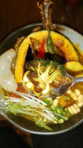 札幌路地裏スープカリィ侍サムライ(SAMURAI)さくら店のチキンと1日分の野菜20品目のブロッコリー
