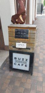 バズカフェフォー キッズアンドマムズBUZZ CAFE FOR KIDS & MUMSの看板