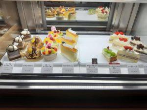 「洋菓子スイーツきのとやKINOTOYAファーム店・KINOTOYA cafe」のケーキセットのショーケース