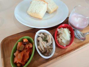 【北欧の風 道の駅とうべつ】の「レストラン|カフェ テルツィーナ」のおまかせ前菜と自家製パン