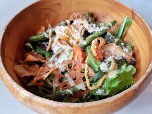 ファームレストランリヴィスタの渡り蟹のパリパリ野菜とチーズのサラダ